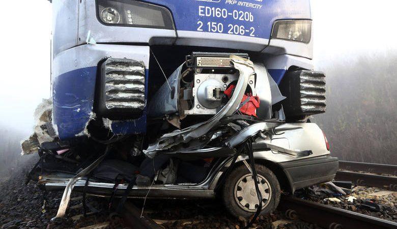 Pociąg zmiażdżył samochód na strzeżonym przejeździe