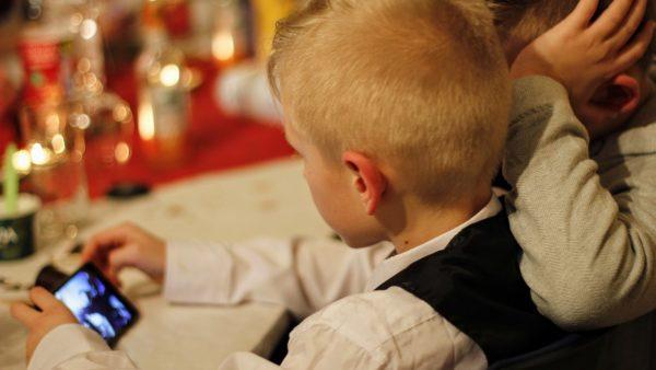Smartfon ułatwia dzieciom kontakt z rodzicami, ale może też stanowić zagrożenie