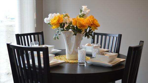 Stół z krzesłami do dużej kuchni