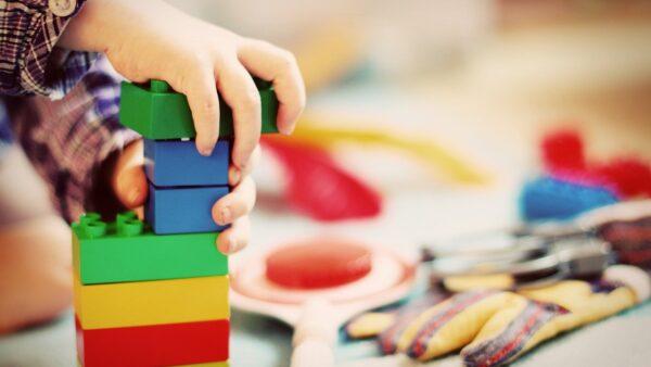 Czy warto zainwestować w stolik edukacyjny dla dzieci?