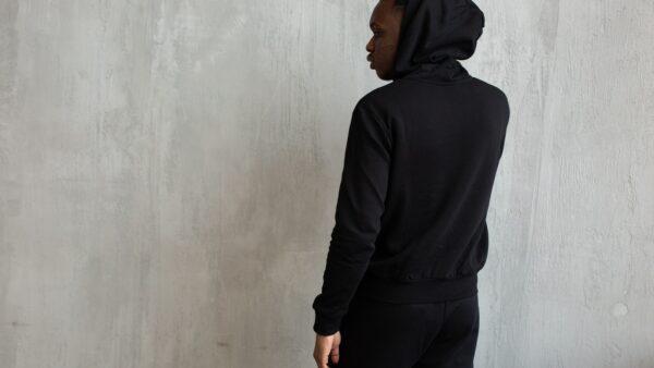 Czarna bluza z kapturem – modne propozycje dla niej i dla niego